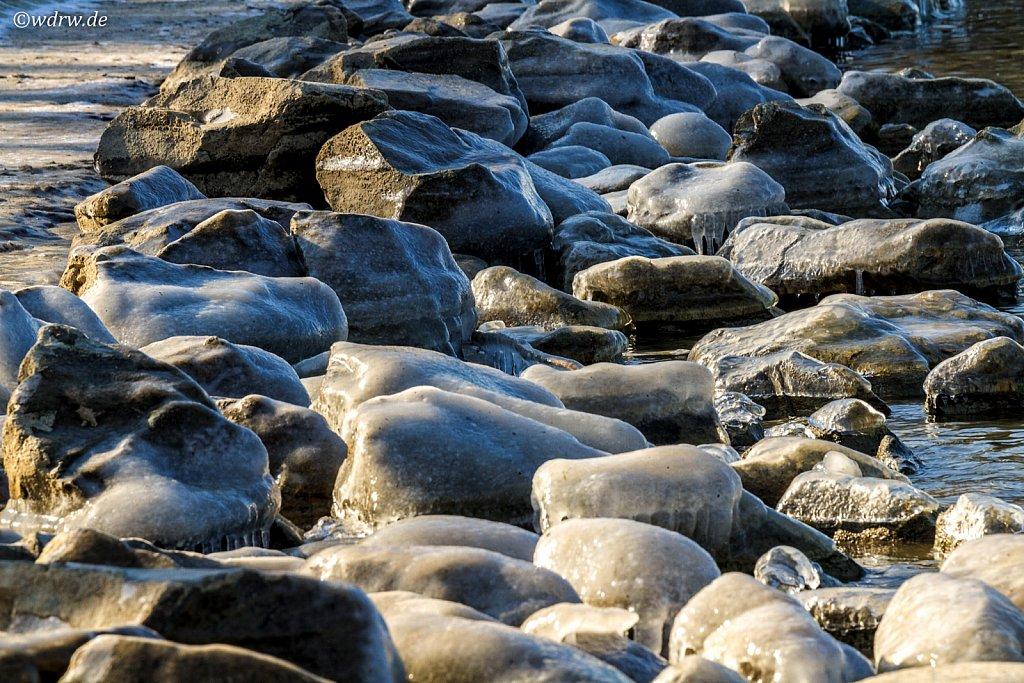 eingefrorene Steine am Rheinufer