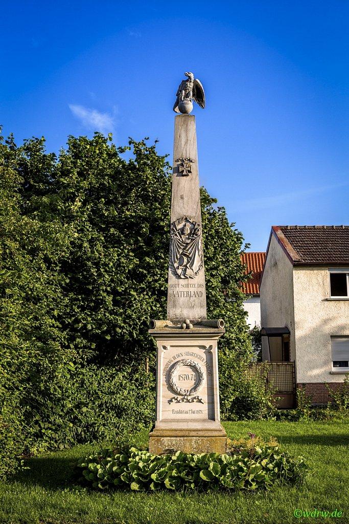 Mahnmal vor Friedhof